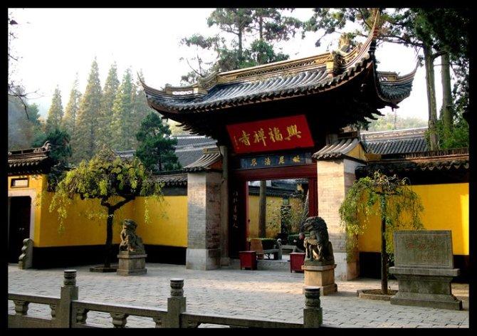 常熟兴福寺位于城北虞山之麓,青嶂叠起,古木参天,飞泉石桥,气象